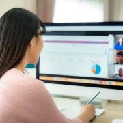 Thuiswerkplek-Aziatische vrouw- Teams meeting- Computer- Tips voor een goede werkplek tijdens corona